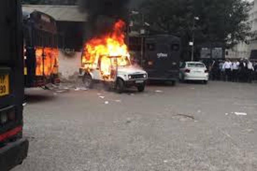 पुलिस के साथ हुए विवाद के बाद वकीलों ने कई वाहनों में आग लगा दी थी.