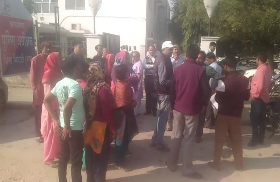 घटना के बाद लोगों ने भिवाड़ी एसपी कार्यालय के बाहर किया प्रदर्शन