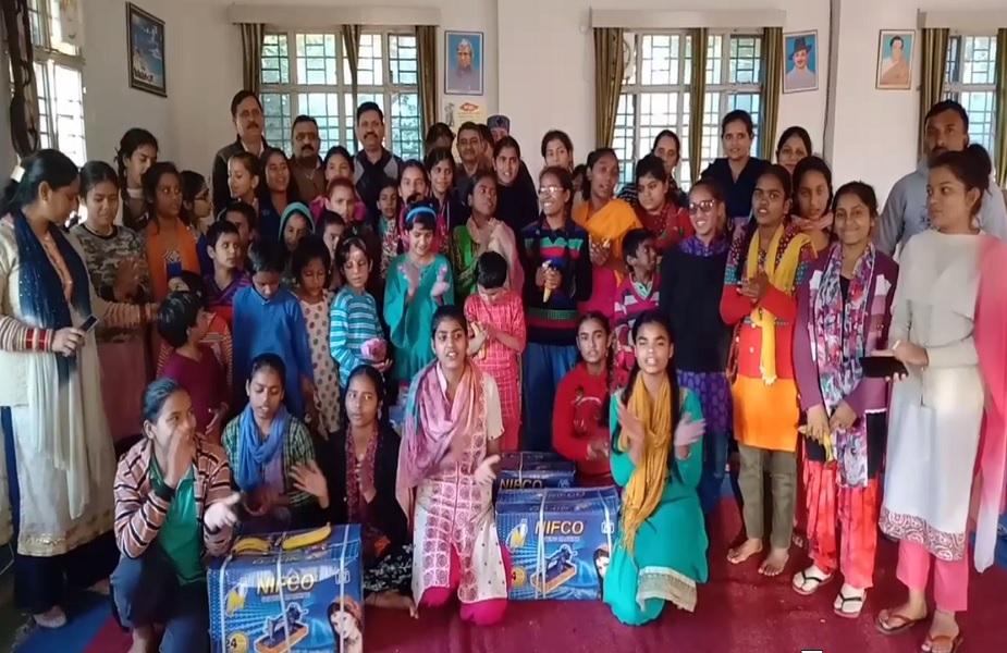 SDM देहरा धनवीर ठाकुर के जन्मदिन पर बच्चियों ने गाया स्वागत गीत