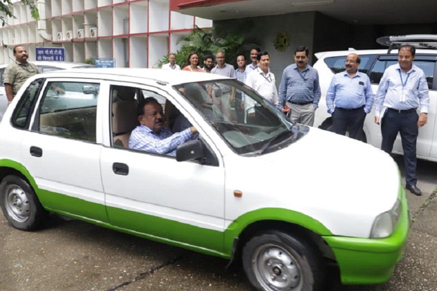 dr harshwardhan driving EV in IIP, आईआईपी कैंपस में विज्ञान और प्रोद्योगिकी मंत्री डॉक्टर हर्षवर्धन कन्वर्टेड ईवी को चलाते हुए.