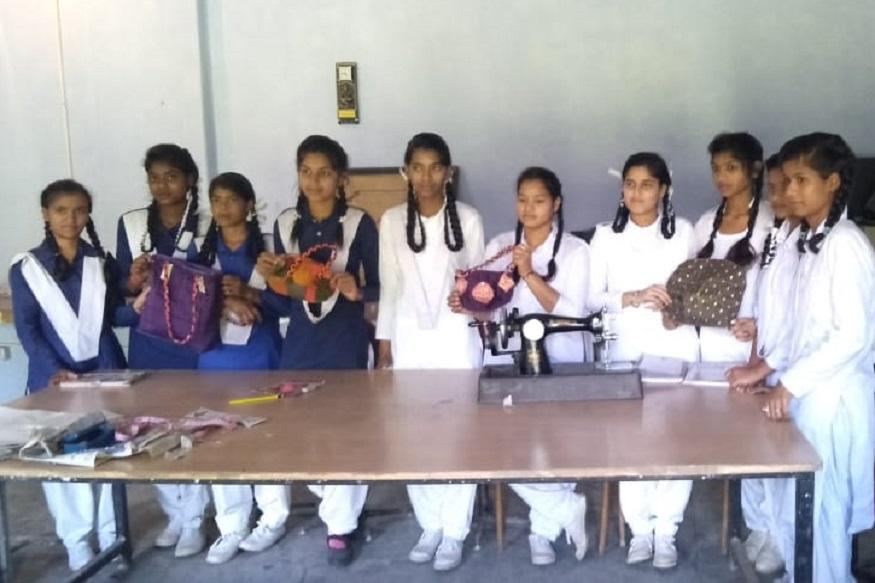 gati foundation plastic wapasi abhiyan, गति फ़ाउंडेशन के संस्थापक अध्यक्ष अनूप नौटियाल के अनुसार प्लास्टिक वापसी अभियान के दौरान कई बच्चों ने कपड़े के थैले बनाकर अपने परिजनों को दिए ताकि पन्नियों का इस्तेमाल कम हो.