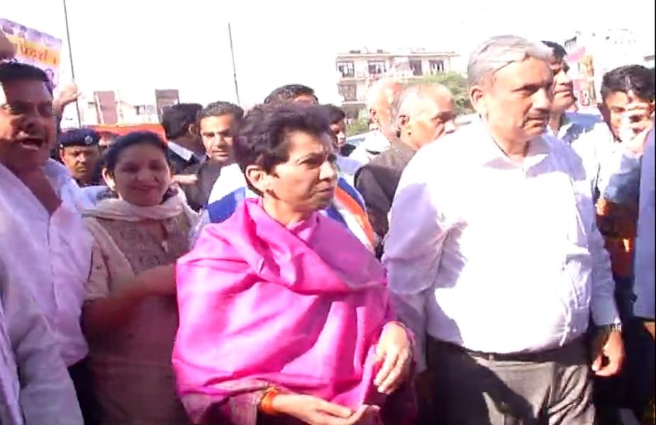 कार्यकर्ताओं के साथ कुमारी शैलजा ने किया विरोध प्रदर्शन