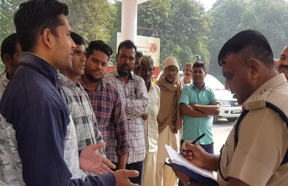 ग्रामीणों के खिलाफ मामला दर्ज होने के बाद डीएसपी से मिले स्थानीय लोग