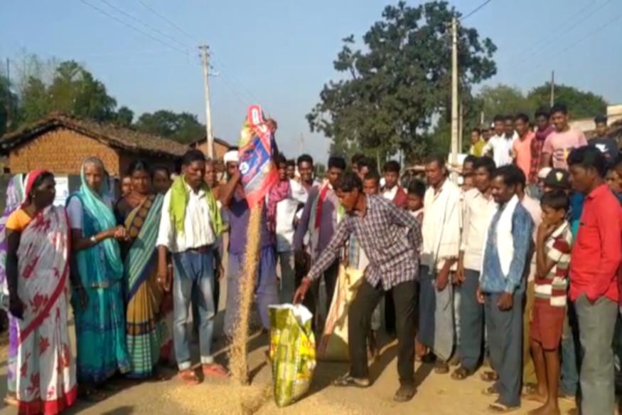छत्तीसगढ़ (Chhattisgarh) के धमतरी (Dhamtari) एक तरफ सरकार किसानों (Farmer) का धान (Paddy) न खुद खरीद रही है और लगातार धान परिवहन पर जब्ती की कार्रवाई भी चल रही है