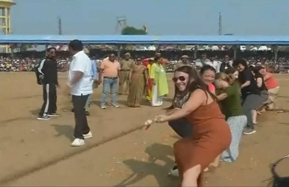 रस्साकस्सी प्रतियोगिता में देशी-बिदेशी महिलाओं ने लिया हिस्सा