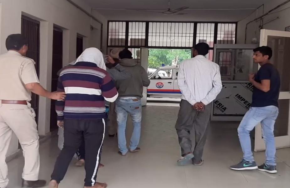 आरोपियों को पूछताछ के लिए ले जाती पुलिस