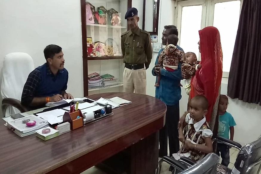 बच्चों की परवरिश को लेकर बुजुर्ग दंपति ने सतना पुलिस के अतिरिक्त पुलिस अधीक्षक से मदद की गुहार लगाई है. An elderly couple has requested help from the Superintendent of Police in addition to the Satna police to raise children.