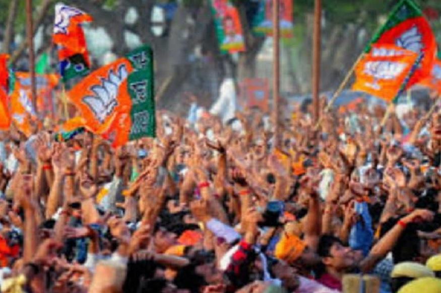छत्तीसगढ़ (Chhattisgarh) के धमतरी (Dhamtari) में पिछले 15 घंटे से बीजेपी (BJP) के नेता एक गोदाम के बाहर धरने पर बैठे हैं