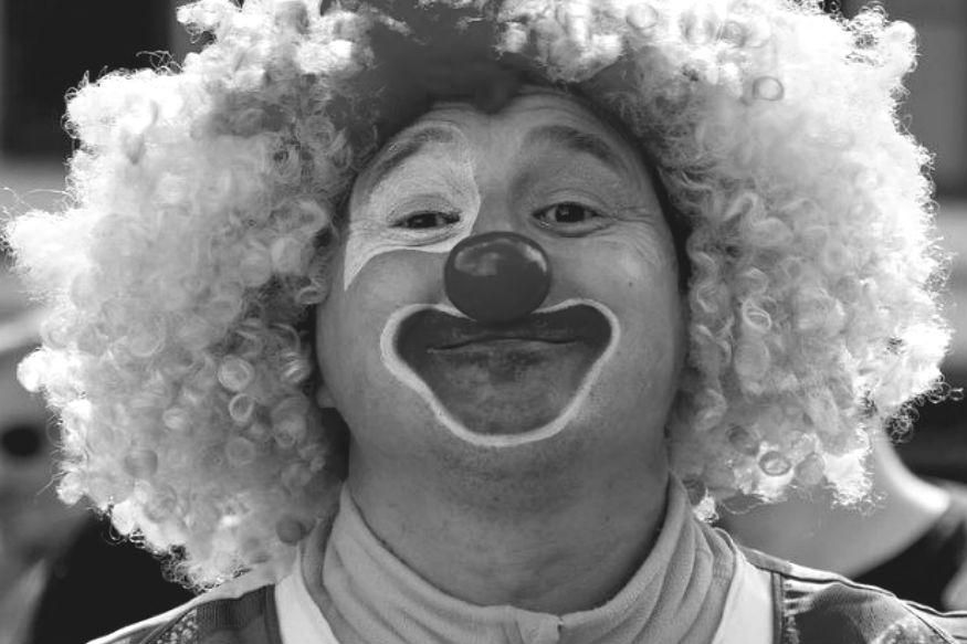 #HumanStory: जोकर की कहानी- रंग लगाते-लगाते नाक और गालों पर काले धब्बे हो गए