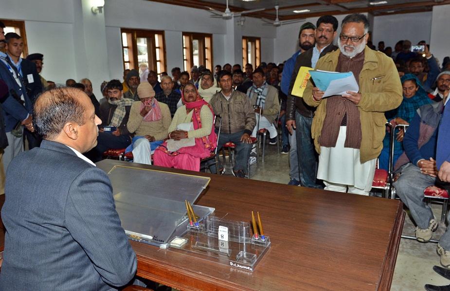 धर्मशाला: सीएम जयराम ठाकुर के साथ मुलाकात के दौरान प्रतिनिधिमंडल.
