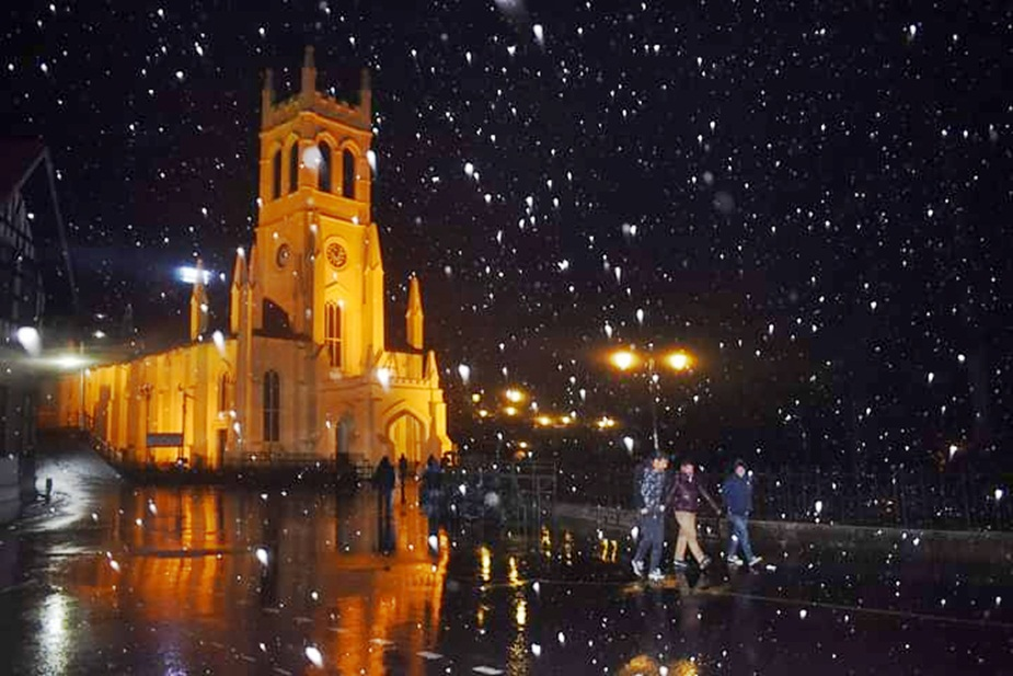 शिमला शहर में गुरुवार देर रात को हल्के बर्फ के फाहे गिरे हैं,