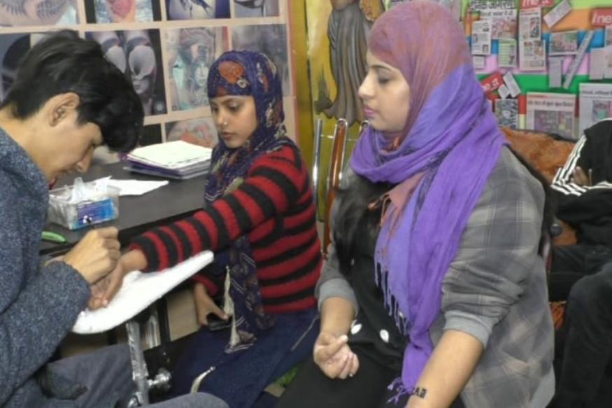 वाराणसी में मुस्लिम महिलाओं ने बनवाया Tattoo