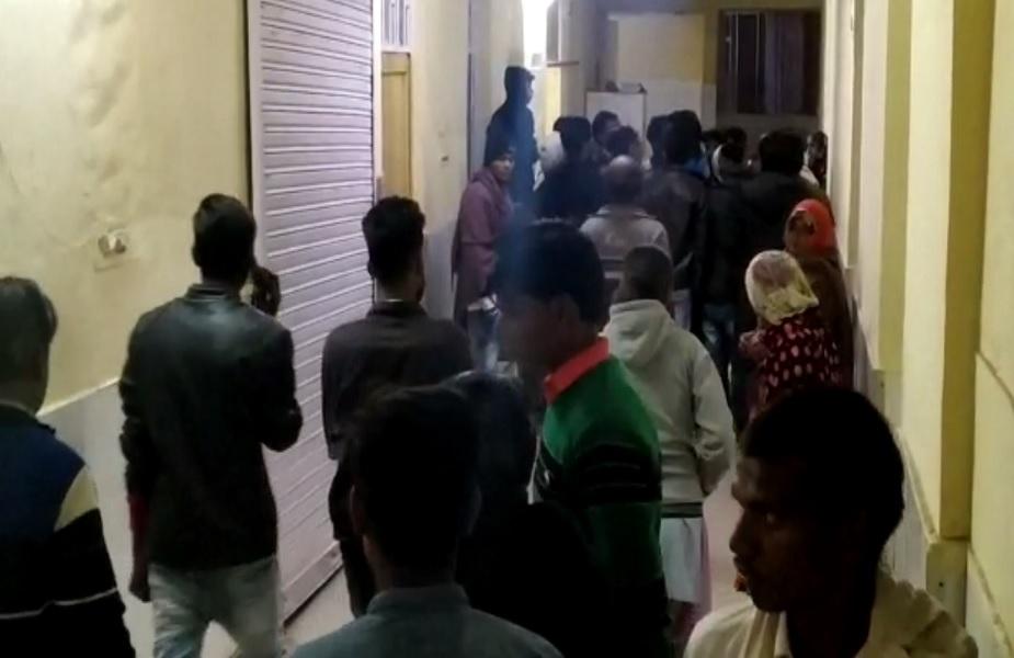 सड़क हादसे के बाद अस्पताल में लोगों की लगी भारी भीड़