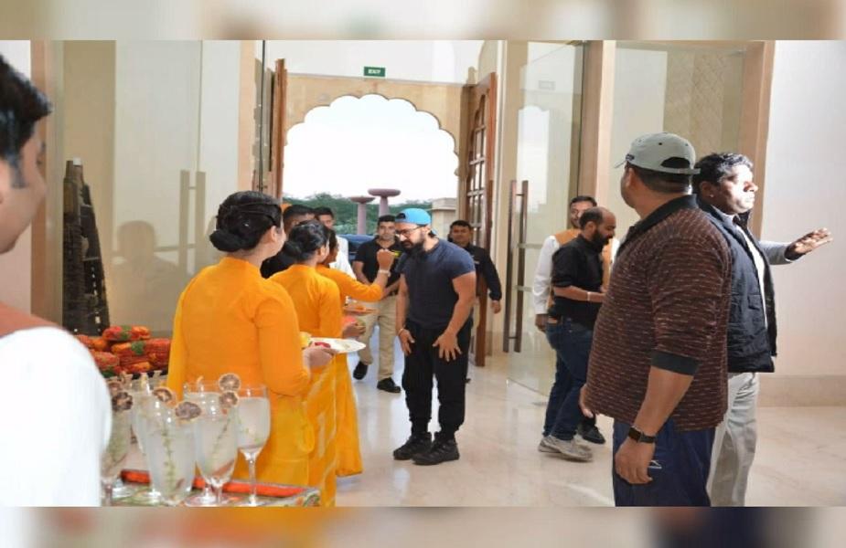 जैसलमेर में होटल पहुुंचने पर होटल के स्टाफ ने आमिर खान का किया स्वागत