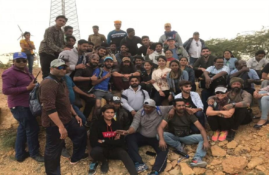 जैसलमेर में शूटिंग की यूनिट के साथ फोटो खिचाते अभिनेता आमिर खान