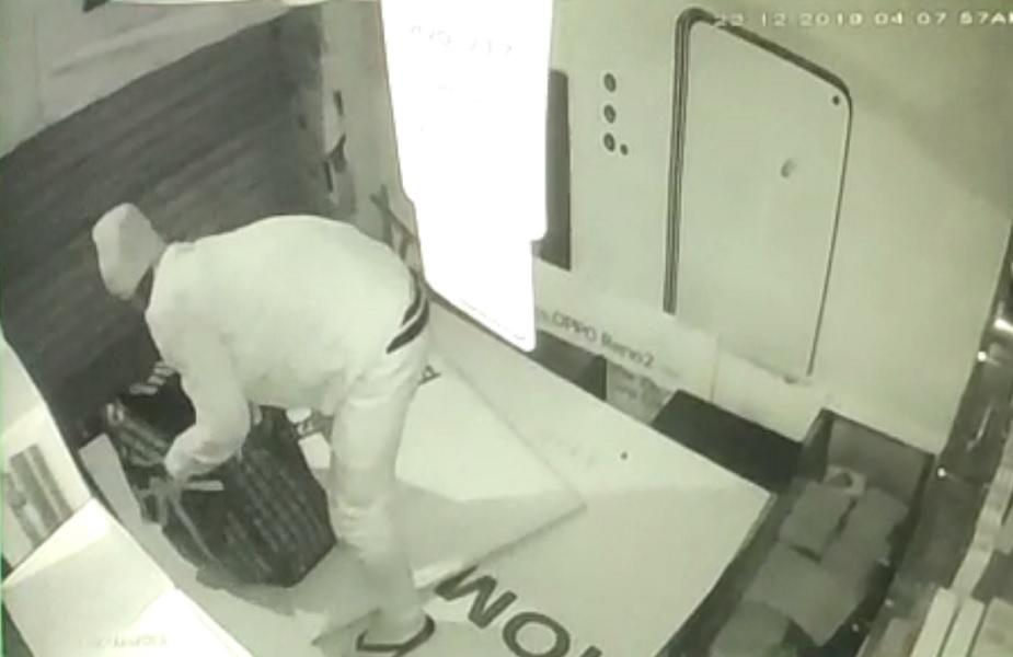 दुकान में मोबाइल चोरी करता चोर सीसीटीवी में हुआ कैद