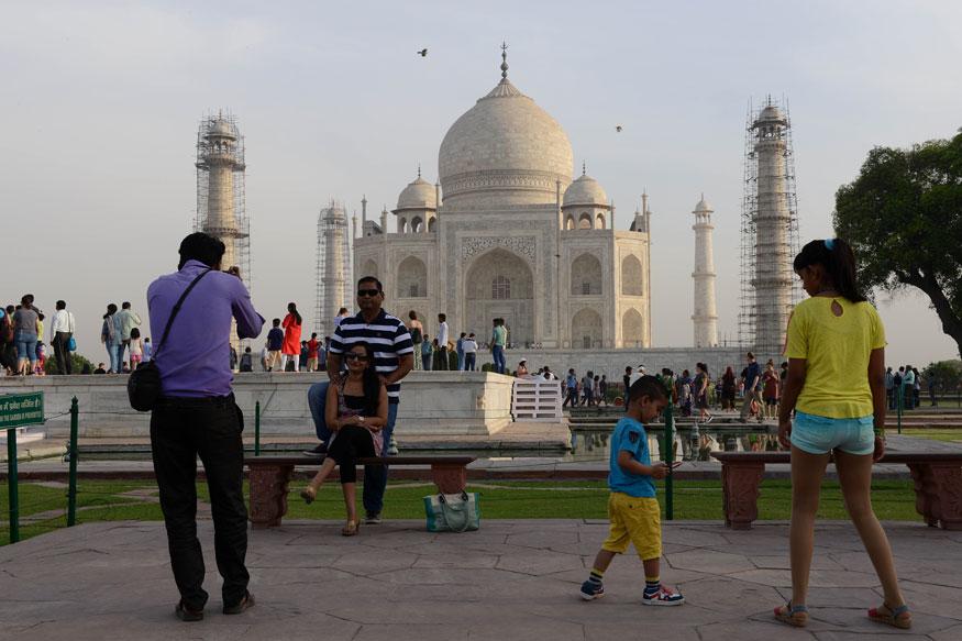 वर्ल्ड हेरीटेज इमारत (World Heritage Site) ताजमहल (Taj Mahal) को देखने के लिए आने वाले देश-विदेश के लाखों पर्यटकों को अब मायूसी का सामना करना पड़ सकता है