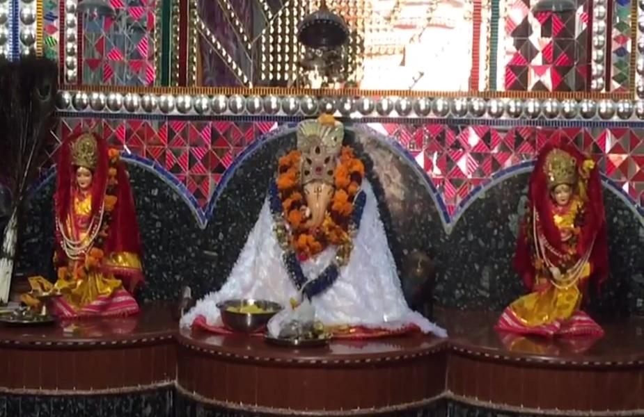 मंदिर में देव प्रतिमाओं को राजाई और शॉल ओढ़ाकर की जा रही सेवा