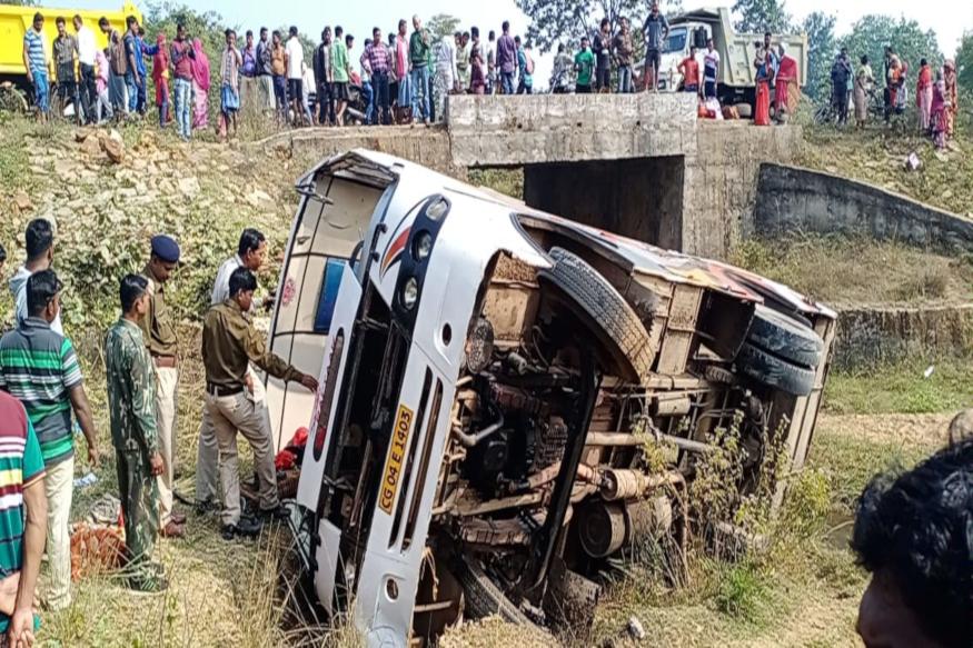 छत्तीसगढ़ (Chhattisgarh) के दंतेवाड़ा (Dantewada) जिले में 24 घंटे के अंदर दूसरा बड़ा सड़क हादसा (Road Accident) हो गया है