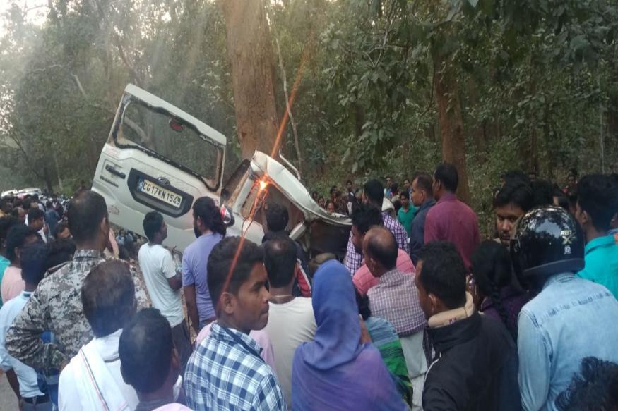 छत्तीसगढ़ (Chhattisgarh) के दंतेवाड़ा (Dantewada) जिले में मंगलवार शाम एक भीषण सड़क हादसा (Road Accident) हो गया है