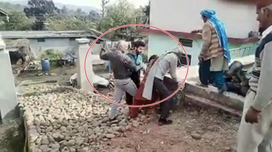 हमीरपुर में मारपीट का वीडियो वायरल.