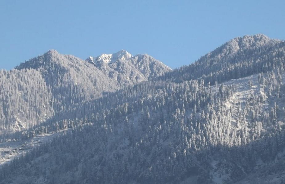 घाटी मे खिली धूप के बाद धूप में चमक उठे पहाड़