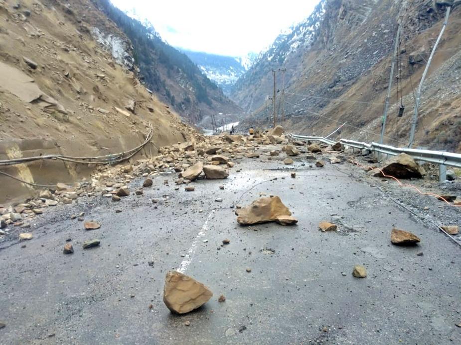 किन्नौर में हाईवे पर गिरे पत्थर.