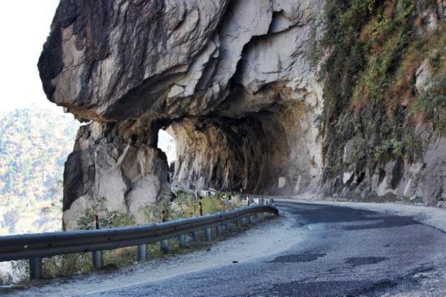 तरांडा ढांक में पत्थर को काटकर बनाई गई है सड़क.