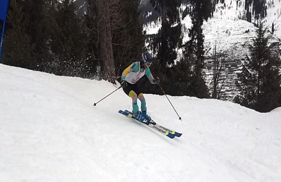 स्कीइंग और स्नोबोर्ड स्टेट चैम्पियनशिप में बर्फ की ढलानों पर स्कींइग करता प्रतिभागी