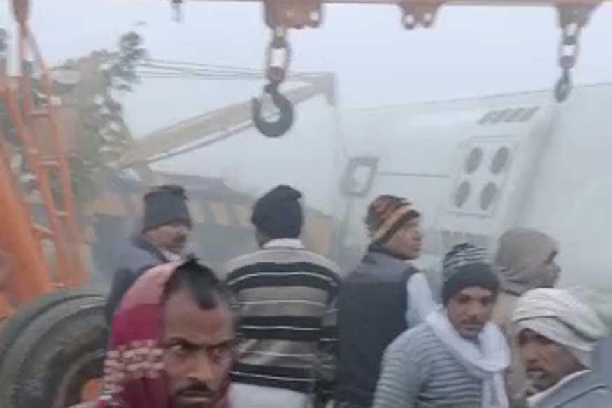घने कोहरे (Dense Fog) की वजह से आगरा-लखनऊ एक्सप्रेसवे (Agra-Lucknow Expressway) पर सोमवार सुबह एक वॉल्वो बस (Volvo Bus) पलट गई