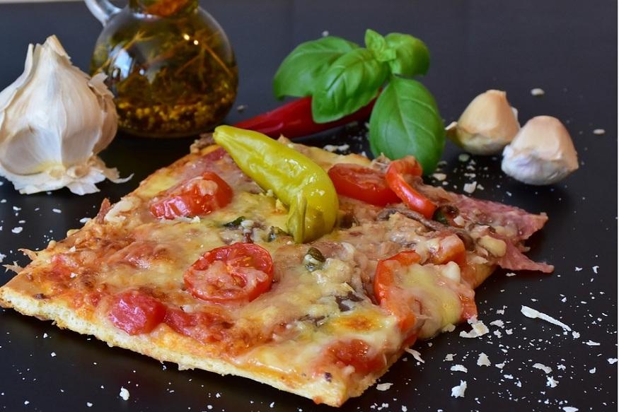 अगर आप कैलोरी से कुछ हद तक बचना चाहते हैं तो घर पर ही चीज पिज्जा ऑमलेट बना सकते हैं.