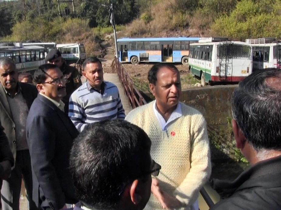 धर्मपुर में तैयारियों का जायजा लेते हुए महेंद्र सिंह ठाकुर.