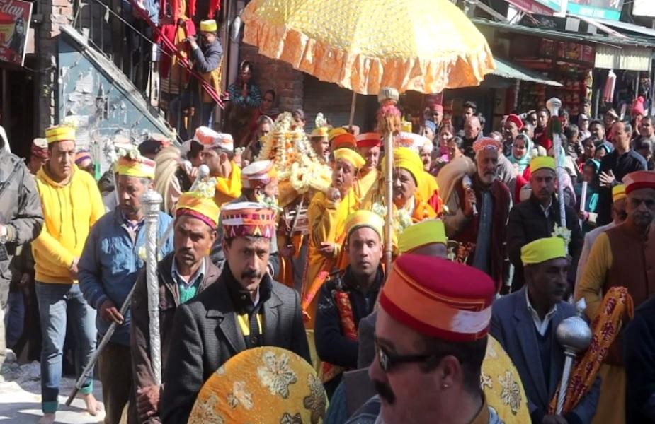 भव्य रथयात्रा में ढोल नगाड़ों के साथ शामिल हुए हजारों भक्त