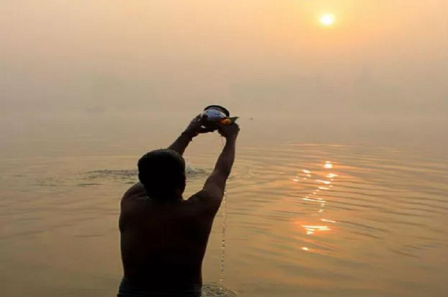 मकर संक्रांति के दिन सूर्य को लोहे के पात्र से जल अर्पित करना चाहिए.