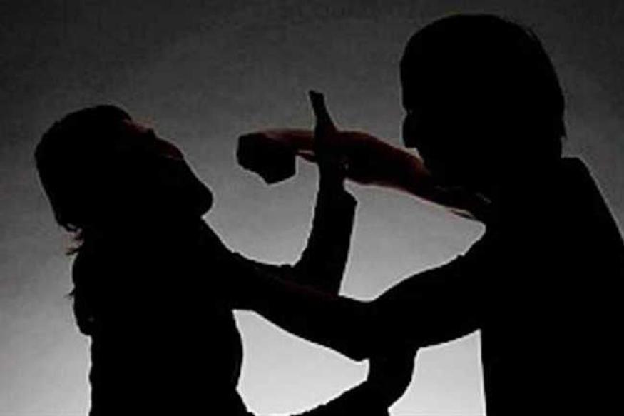 मध्य प्रदेश (Madhya Pradesh) के बुरहानपुर (Burhanpur) में एक कॉलेज छात्रा को उसके साथ पढ़ने वाले एक लड़के ने चाकू मार कर घायल कर दिया