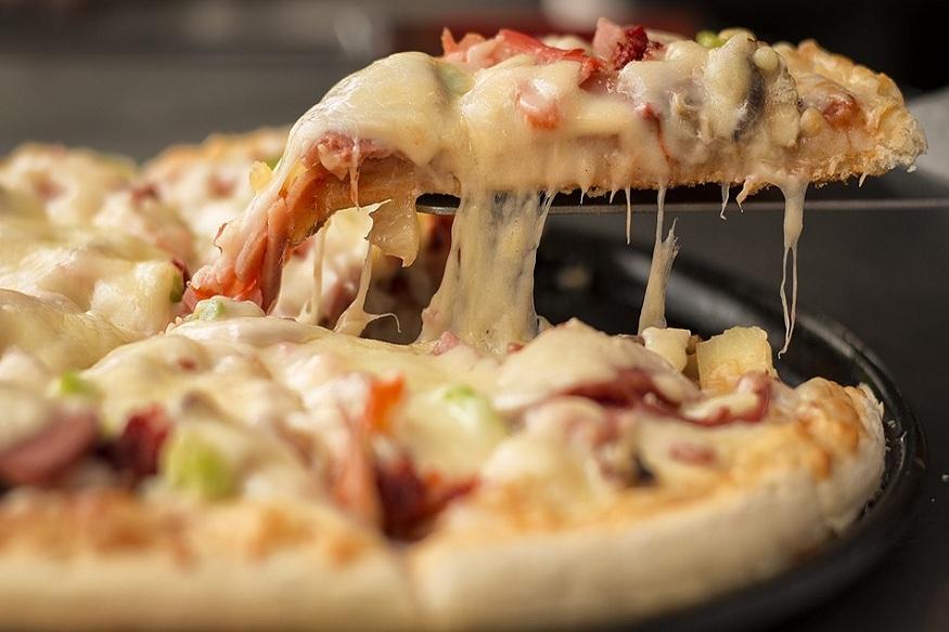 चीज पिज्जा ऑमलेट खाने में काफी टेस्टी होता है