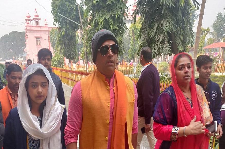 Ravi Kishan and his family at gorakhnath temple