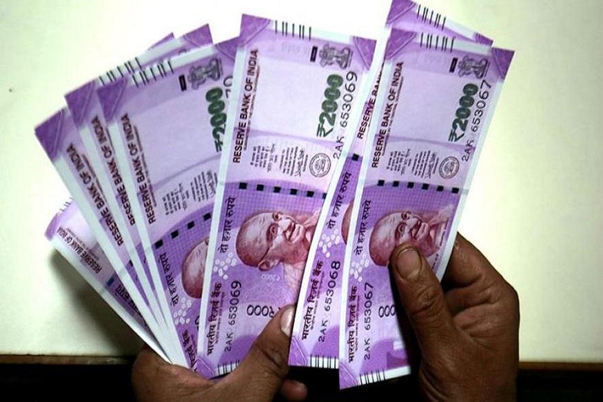 हाल ही में भारतीय स्टेट बैंक (SBI) ने विभिन्न अवधि के लिए फिक्स्ड डिपॉजिट (FD) पर ब्याज दरों को 15 आधार अंक तक घटा दिया है. FD पर ये नई ब्याज दरें 10 जनवरी 2020 से लागू भी हो गया है.