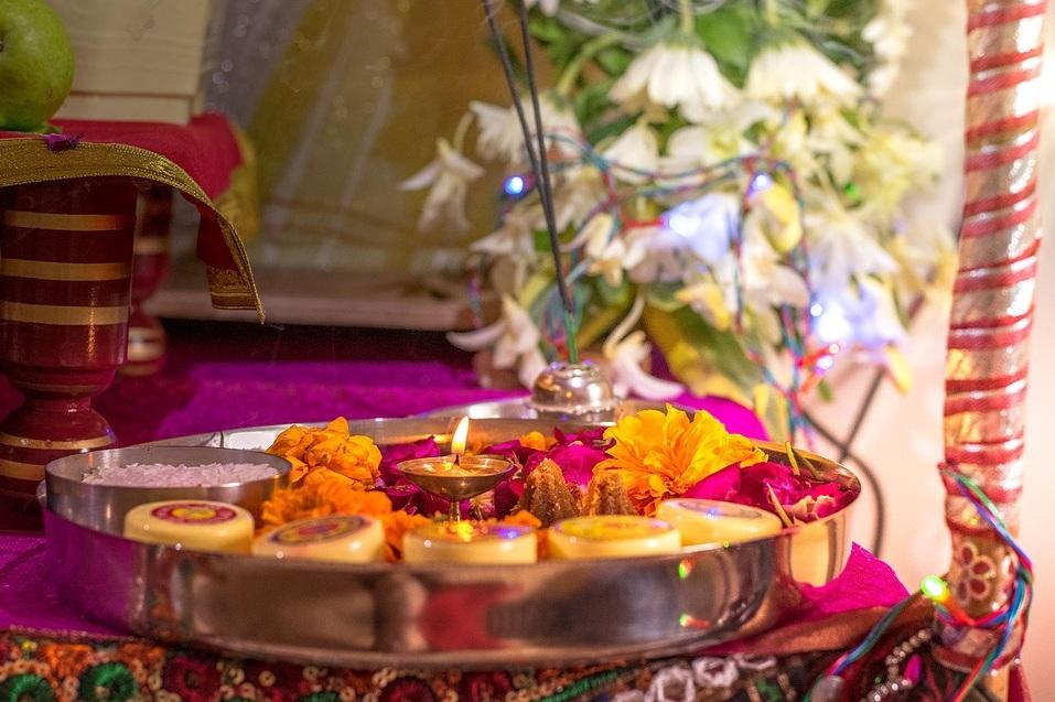 भगवान शिव को पूजा में धतूरा भी चढ़ाने की परंपरा है.