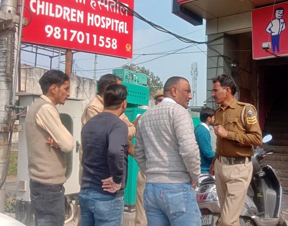 ऊना में अस्पताल के बाहर पुलिस.