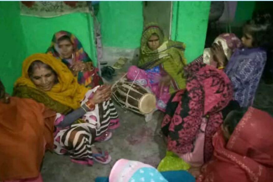 बधाई गीत गाती महिलाएं