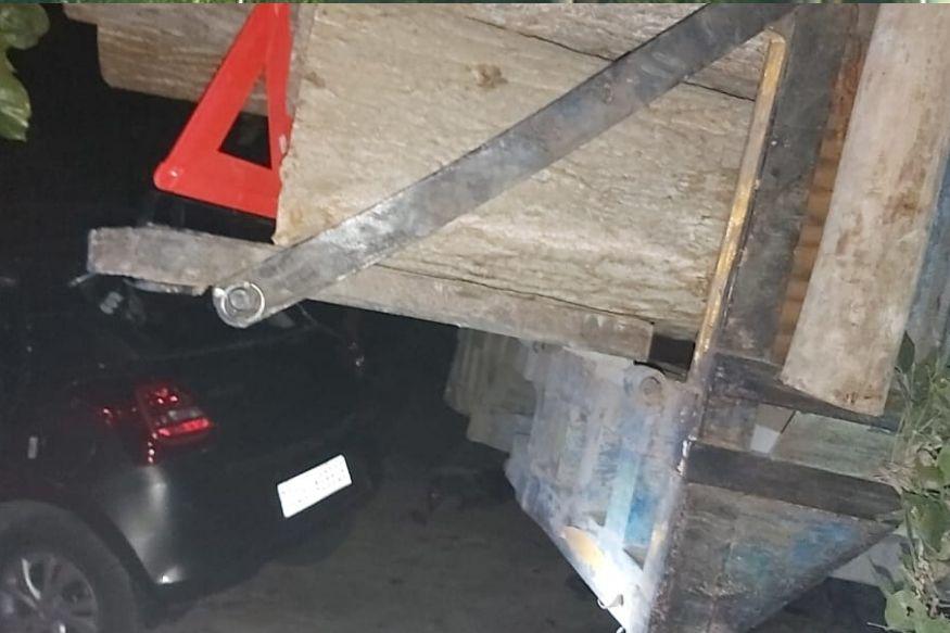 लकड़ी से भरी ट्रैक्टर ट्रॉली से हुई कार की टक्कर