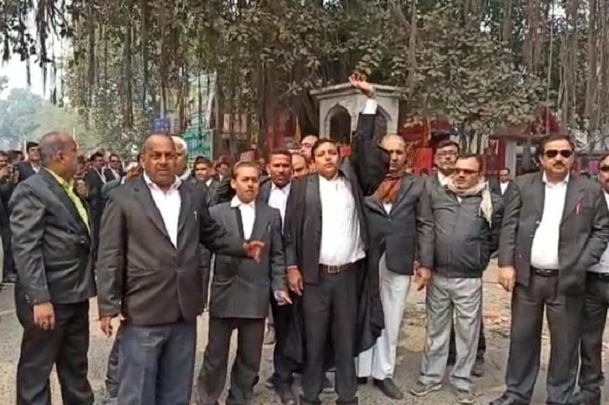 News - टुनटुन राम पर गोलीबारी के विरोध में वकीलों का हंगामा