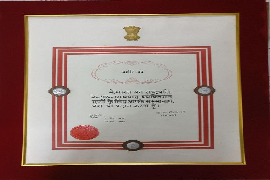 सियासत और मुहब्बत की ग़ज़ल कहने वाले बशीर साहब को पद्मश्री समेत कई पुरस्कारों से नवाज़ा जा चुका है.