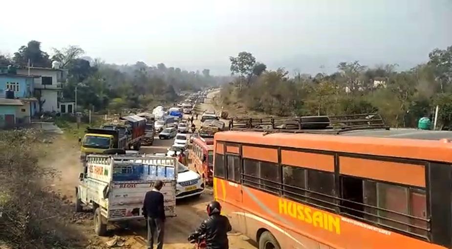 बिलासपुर में ट्रक पलटने के बाद लगा जाम.