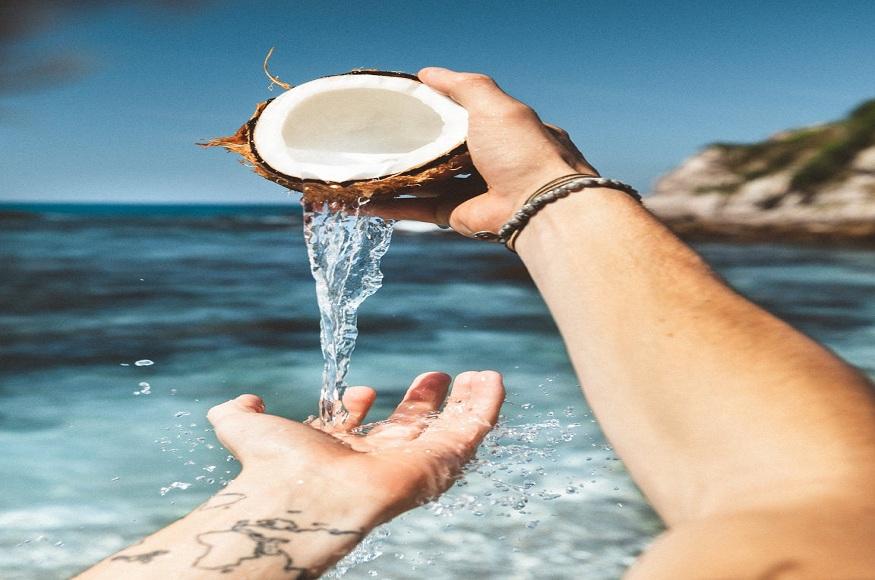 नारियल का पानी स्किन के लिए बेहद फायदेमंद माना जाता है.