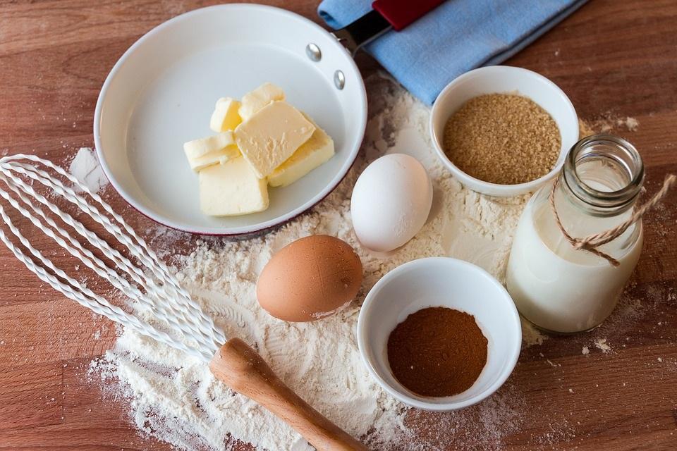दूध और अंडों में प्रोटीन पाया जाता है.