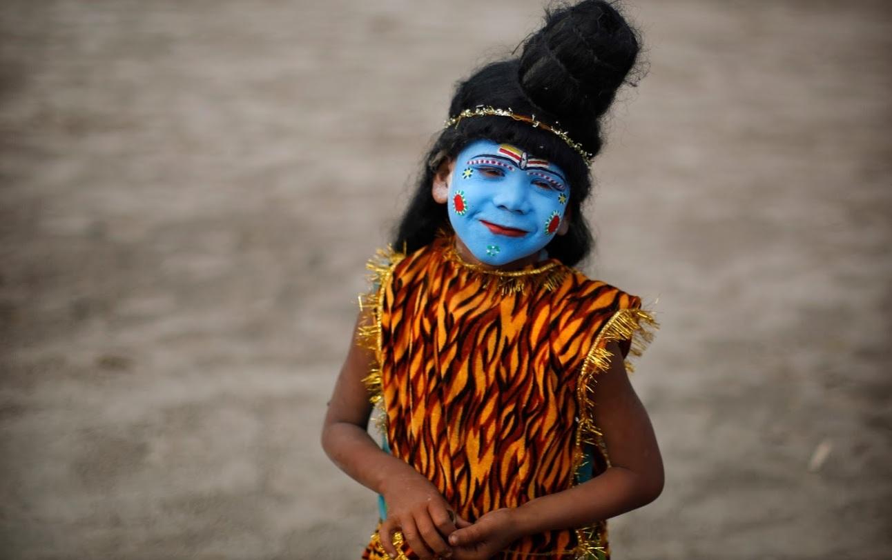 पूजा करवा रहे विद्वान शिव मंत्रो का उच्चारण करते हुए शिवलिंग का गंगा जल से अभिषेक करेंगे.