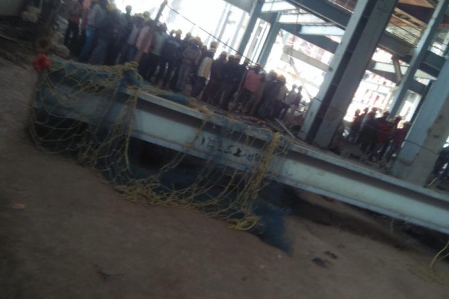 मजदूरों पर चालीस टन भारी लोहा गिरा, जिससे दो मजदूरों की मौके पर ही मौत हो गई