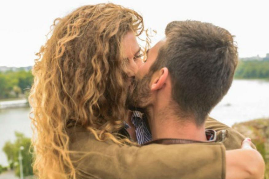 इस दिन किया गया एक प्यार सा चुंबन प्रेमी जोड़ों के बीच निकटता लाता है.